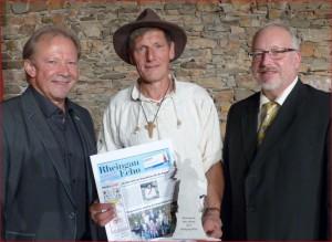 """Wolfgang Junglas (links) und Michael Gamisch (rechts) küren mich zum """"Rheingauer des Jahres 2017""""."""