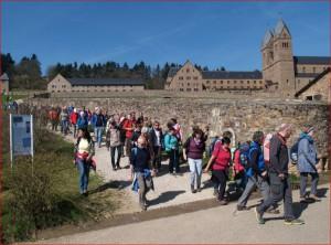 Pilgerwanderer am Kloster St. Hildegard in Eibingen
