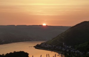Die Sonne versinkt hinter dem Hunsrück