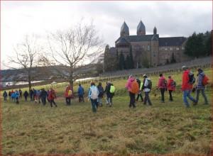 Pilgerwanderer an der Abtei St. Hildegard