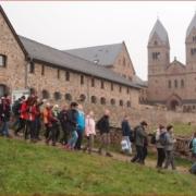Pilgergruppe an der Abtei St. Hildegard
